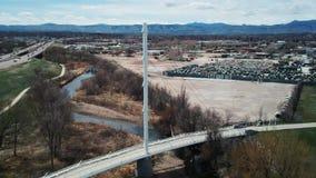 轨道英尺长度在白色吊桥附近的 影视素材