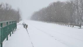 轨道路冬天是非常大雪飞雪飞雪户外 股票录像