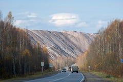 转储从盐产出的植物的岩石山 免版税图库摄影