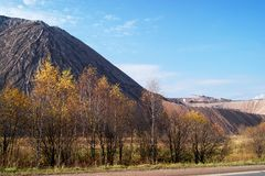 转储从盐产出的植物的岩石山 图库摄影