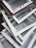 转储,垃圾:白色颜色老木窗架与多云灰色单块玻璃的,堆在堆,窗口的变动,垂直的框架 免版税图库摄影