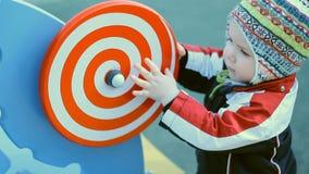 转动一个螺旋轮子的孩子 股票录像