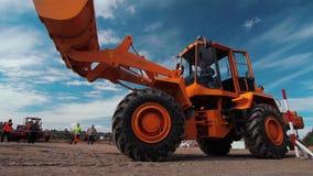 转动与继续前进建造场所的举的挖掘机桶的装载者 影视素材
