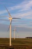 转动在一个开放领域的风轮机 免版税库存照片