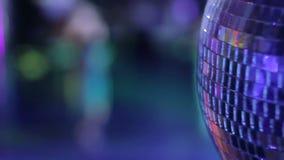 转动在与跳舞人的闪光灯光的光亮的迪斯科球 股票视频