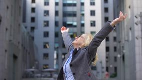 转动在举的微笑的年迈的女工手附近,自由幸福 股票录像