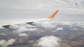转动在云彩的飞机,摄制从窗口 股票视频