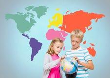 转动在五颜六色的世界地图前面的孩子世界地球 免版税库存图片