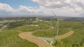 转动在多云天空,晴朗的天气下的巨大的风轮机改变到多雨 股票录像