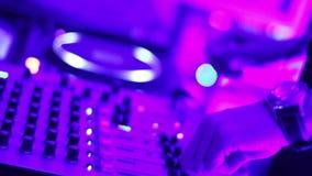 转动在夜总会的DJ的盛肉盘 股票视频
