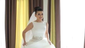 转动在婚礼前的美丽的新娘 股票录像