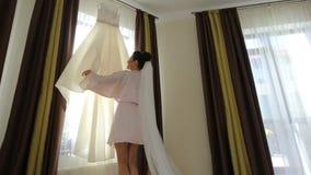转动在婚礼前的美丽的新娘 股票视频