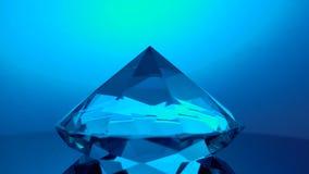 转动在它的点的金刚石反射蓝色光 股票视频