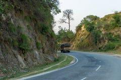 转动在弯曲的路或高速公路的卡车 库存照片