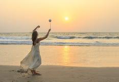 转动在海滩的未认出的妇女poi 图库摄影
