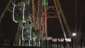 转动在游乐园的弗累斯大转轮在黑暗的夜空下 股票视频