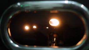 转动在烘烤机器的校验窗口后的未加工的咖啡豆 影视素材