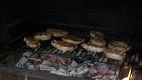 转动在烤肉格栅的男性手可口烘烤肉- 影视素材