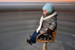 转动在环形交通枢纽的孩子 免版税库存照片