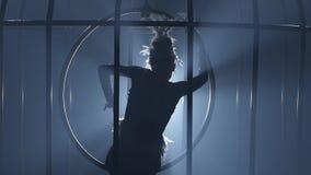 转动在空气箍的笼子的女孩杂技演员 背景检查巨大项目更多我的其他投资组合系列相似的烟 慢的行动 关闭 剪影 股票视频