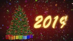 转动在红色背景的圣诞树和礼物 快活2019年从在红色背景的雪花 股票视频
