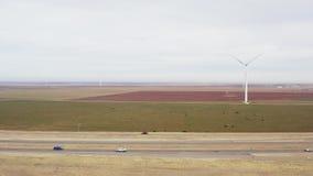 转动在路天线上的风轮机推进器 风力场发电站 股票录像