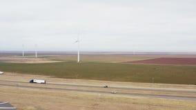 转动在路天线上的风轮机推进器 风力场发电站 股票视频