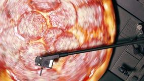 转动在转盘乙烯基球员的比萨意大利辣味香肠作为纪录 党的概念与可口便当的 意大利语 影视素材