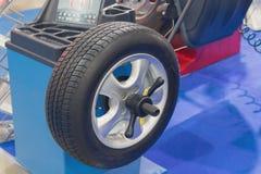 转动在轮胎配件的机器 免版税库存照片