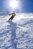 转动在雪的人与太阳 免版税库存图片