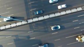 转动在高速公路的交通的照相机 通风 直接地从顶面射击 股票录像