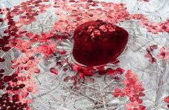 转动在水中的红色心脏 免版税库存照片
