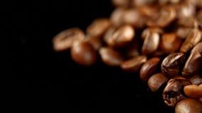 转动堆烤的咖啡豆 关闭 库存图片