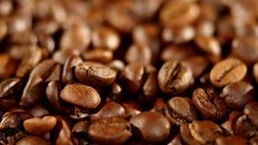 转动堆烤的咖啡豆 关闭 免版税库存图片