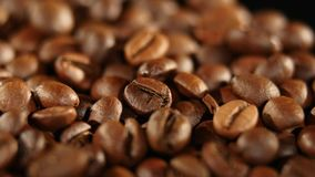 转动堆烤的咖啡豆 关闭 免版税图库摄影