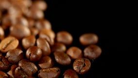 转动堆烤的咖啡豆 关闭 库存照片