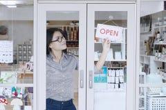转动开放标志的店主 免版税库存图片