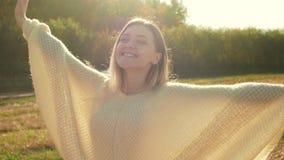 转动微笑的少女和享受在秋天领域的自然 股票视频