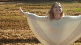 转动微笑的少女和享受在秋天领域的自然 股票录像