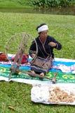 转动泰国传统毛线螺纹的妇女 库存图片