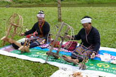 转动泰国传统毛线螺纹的妇女 库存照片