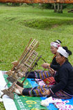 转动泰国传统毛线螺纹的妇女 免版税库存照片