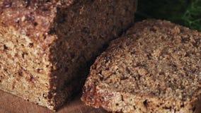 转动用在切板的新鲜的莳萝的切的黑暗的黑麦面包 影视素材