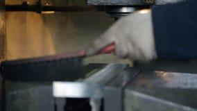 转动的切削刀排行了金属零件,在绑制钳被夹紧 股票视频
