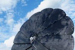 转动的向日葵塑造了与天空蔚蓝的太阳电池板细节 免版税图库摄影