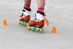 转动的女孩,当滑冰时 免版税库存照片