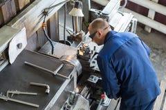 转动的工作 特纳在一台机械车床做一个金属零件 免版税库存图片