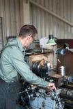 转动的工作 特纳在一台机械车床做一个金属零件 库存图片