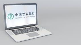 转动的开头和闭合值的膝上型计算机有中国农业银行商标的 计算机科技概念性社论4K 股票录像
