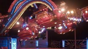 转动的环形交通枢纽在晚上在游乐园 股票录像
